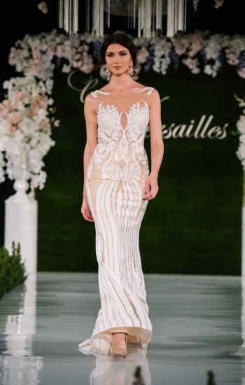 28576175bc4 Подиума беше версайска градина, а моделите придворни в красиви вечерни  рокли. В материите присъстваха дантела, кадифе, някои от моделите бяха  ефирни и ...